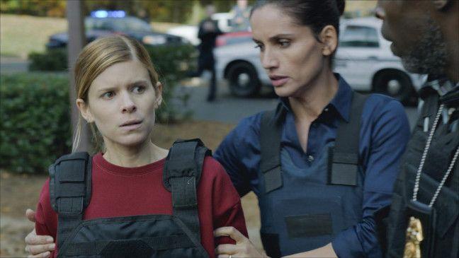 Ashley Smith (Kate Mara, l.), Sergeant Carmen Sandoval (Leonor Varela) und Lieutenant John Chestnut (Michael K. Williams)