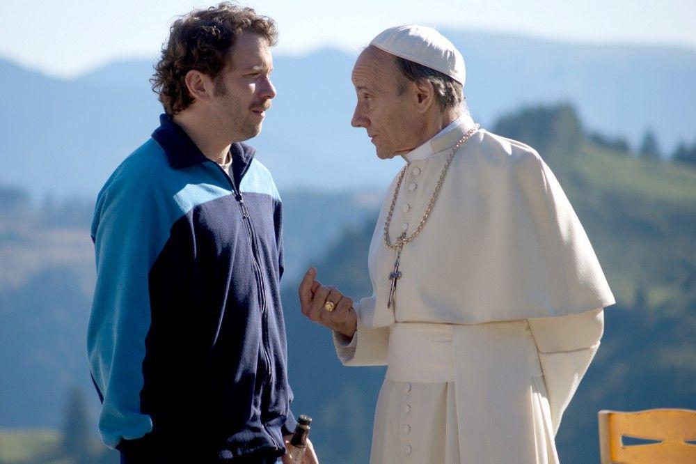 Der Papst (Nikolaus Paryla) persönlich fühlt Georg (Christian Ulmen) auf den Zahn.
