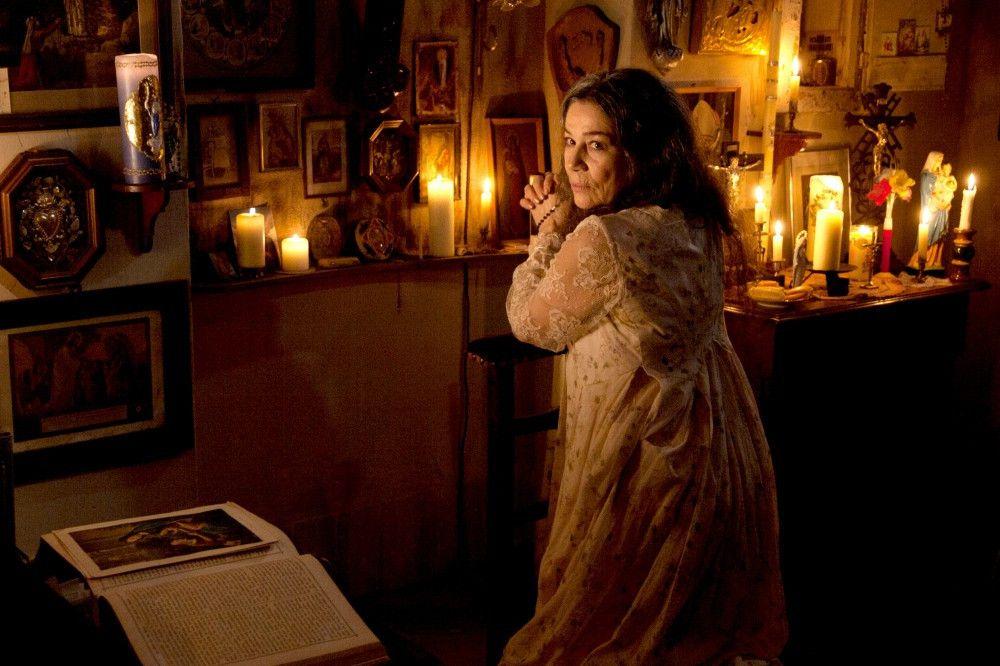 Die streng katholische Daisy (Hannelore Elsner) bei ihrem abendlichen Ritual.