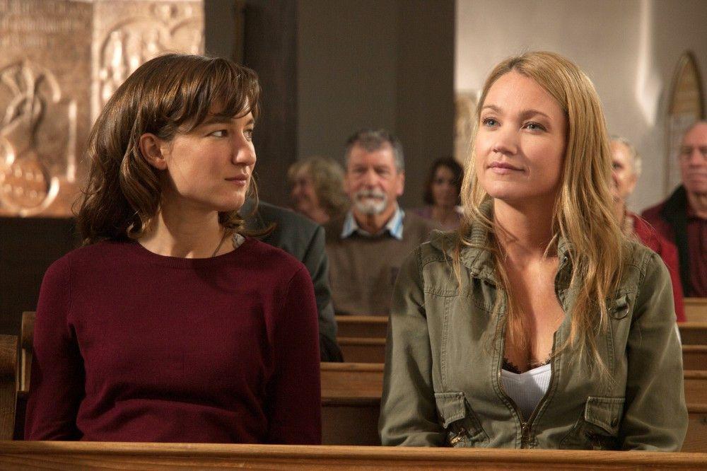 Emilie (Marie Leuenberger, li.) ahnt nicht, was ihre Schwester Evi (Lisa Maria Potthoff) ausgeheckt hat.