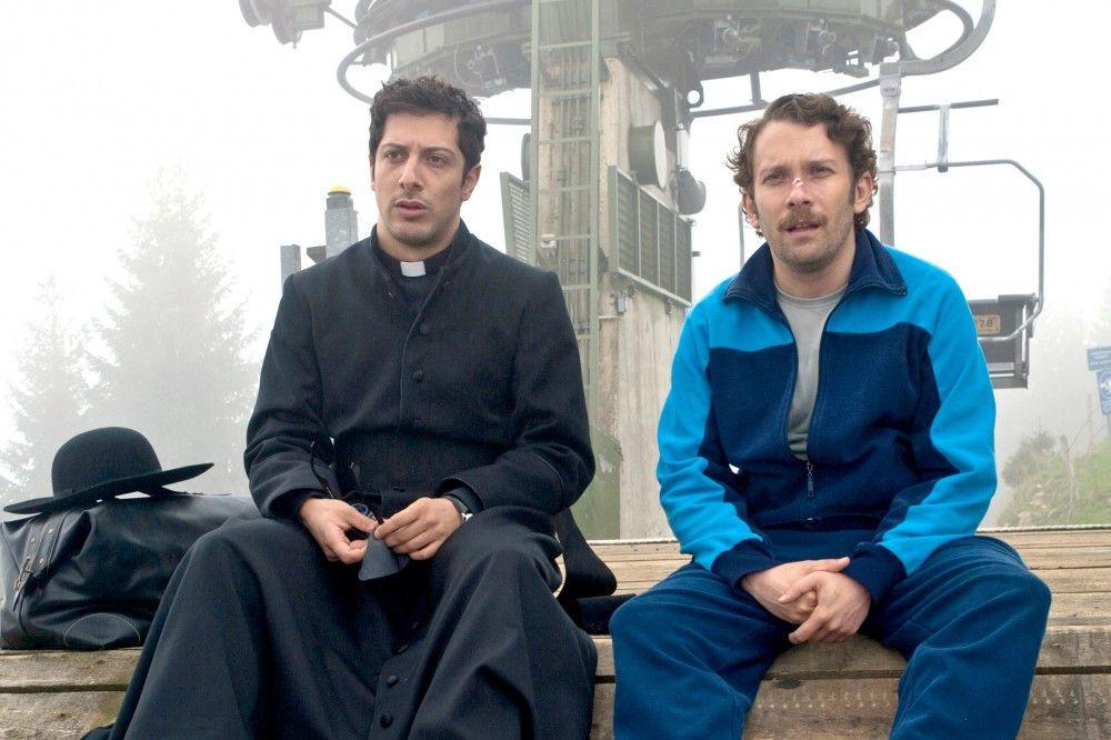 Georg (Christian Ulmen) und der vom Vatikan-gesandte Pater Paolo (Fahri Yardim) wissen nach all dem wundersamen Budenzauber nicht mehr, wo ihnen der Kopf steht.