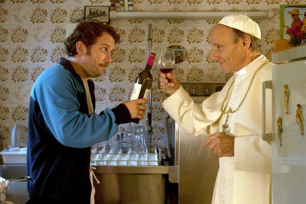 """Hoher Besuch: Georg (Christian Ulmen) stößt mit dem Papst (Nikolaus Paryla) auf die """"Heilige Daisy"""" an."""