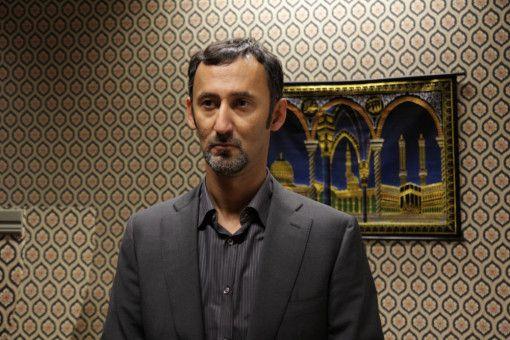 Der arabische Kulturattache' Mansour Nazari (Ercan Durmaz) beim Gebet in der Moschee.