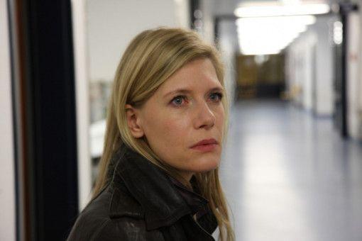 Maxime Bosch (Ina Weisse) und Amigo erfahren vom Arzt, dass Maximes Mann den Unfall nicht überlebt hat