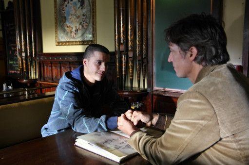 Nach Jahren trifft Amigo (Tobias Moretti) seinen Sohn Rio (Kostja Ullmann) wieder, der ein stadtbekannter Sprayer ist und ihm seinen Skizzenblock zeigt.
