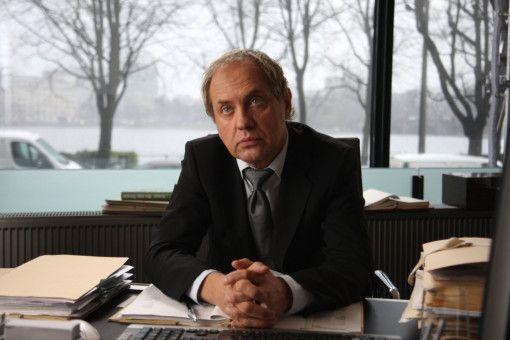 Fredo Kovacs besucht Fritz Declair (Uwe Ochsenknecht) in dessen Anwaltskanzlei und versucht, ihn unter Druck zu setzen.