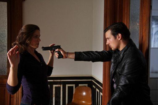 BKA-Mann Jupp Sauerland (Florian David Fitz) erscheint in Carlottas (Giada Desideri) Wohnung und erschießt Amigo.