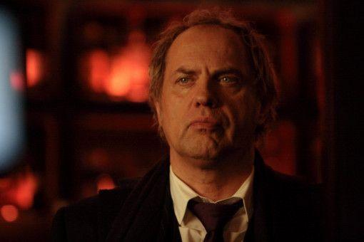 Declair (Uwe Ochsenknecht) beobachtet, wie sein Freund Bosch vor der Bar zusammengeschlagen wird.