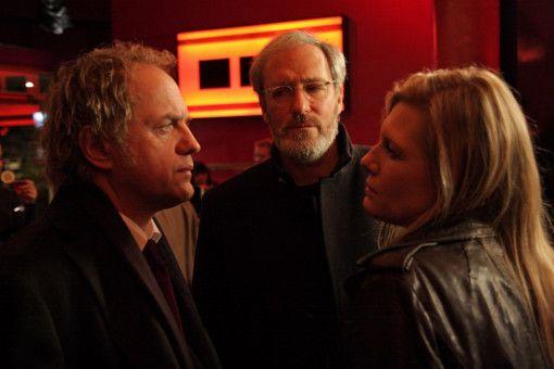 Verleger Alexander Bosch (August Zirner) und sein Freund Fritz Declair (Uwe Ochsenknecht) treffen die stark angetrunkene Maxime Bosch (Ina Weisse) in einer Bar an.