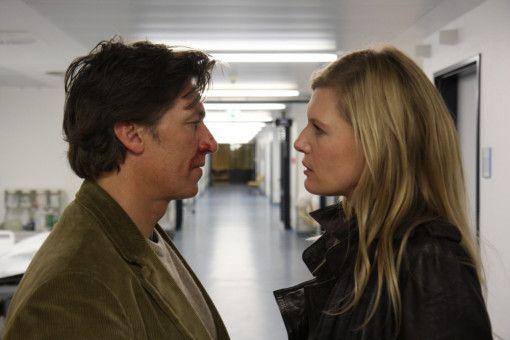 Maxime Bosch (Ina Weisse) hört  im Krankenhaus von Amigo (Tobias Moretti), wie es zu dem Unfall mit ihrem Mann kam.