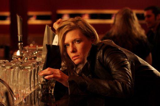 Verleger Alexander Bosch und sein Freund Fritz Declair treffen die stark angetrunkene Maxime Bosch (Ina Weisse) in einer Bar an.