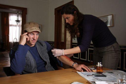 Der auf seiner Flucht verletzte Amigo (Tobias Moretti) wird von seiner Freundin, der Chirurgin Carlotta (Giada Desideri), verarztet.