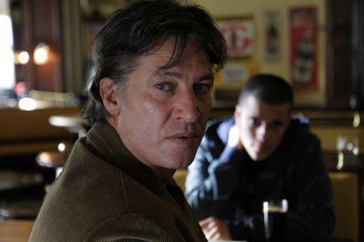 Amigo (Tobias Moretti) spürt, dass er von seinem Sohn Rio (Kostja Ullmann) in eine Falle gelockt wurde.