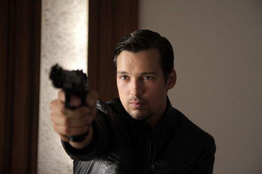 BKA-Mann Jupp Sauerland (Florian David Fitz) erscheint in Carlottas Wohnung  und erschießt Amigo.