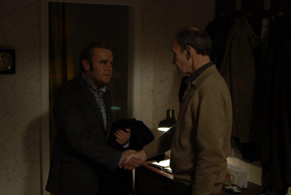 Der pensionierte Hauptkommissar Hagen Dudek (Michael Mendl, r.) und sein Nachfolgen Klaus Wendt (Frank Giering, l.) belauern sich gegenseitig: Hat einer von ihnen einen Mord begangen?