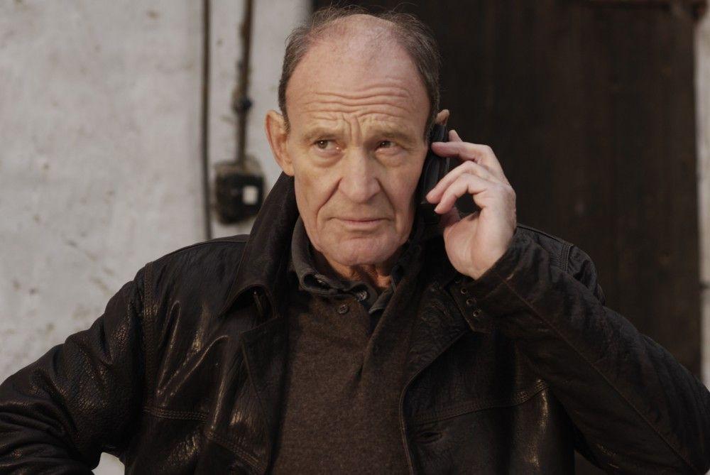Hauptkommissar Hagen Dudek (Michael Mendl) ist schon pensioniert, als er mit zwei Mordfällen konfrontiert wird. Dem erfahrenen alten Haudegen lässt sein Ermittlerinstinkt keine Ruhe.