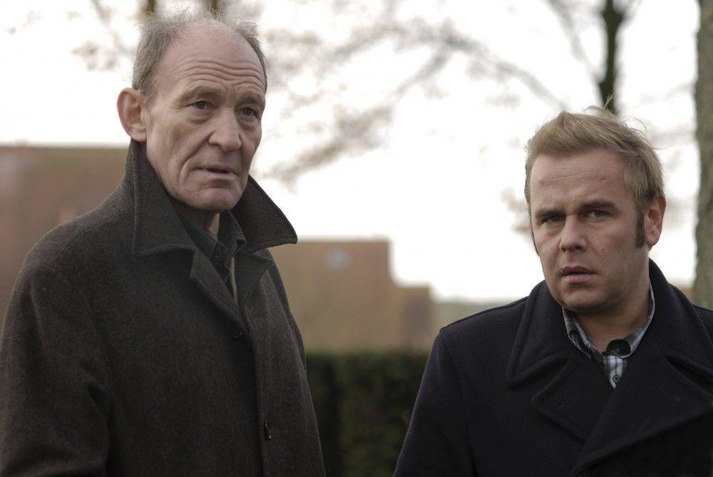 Hauptkommissar Hagen Dudek (Michael Mendl, l.) und sein Nachfolger Klaus Wendt (Frank Giering, r.) ermitteln gemeinsam in zwei Mordfällen. Beide Polizisten verdächtigen sich gegenseitig, einen Mord begangen zu haben!