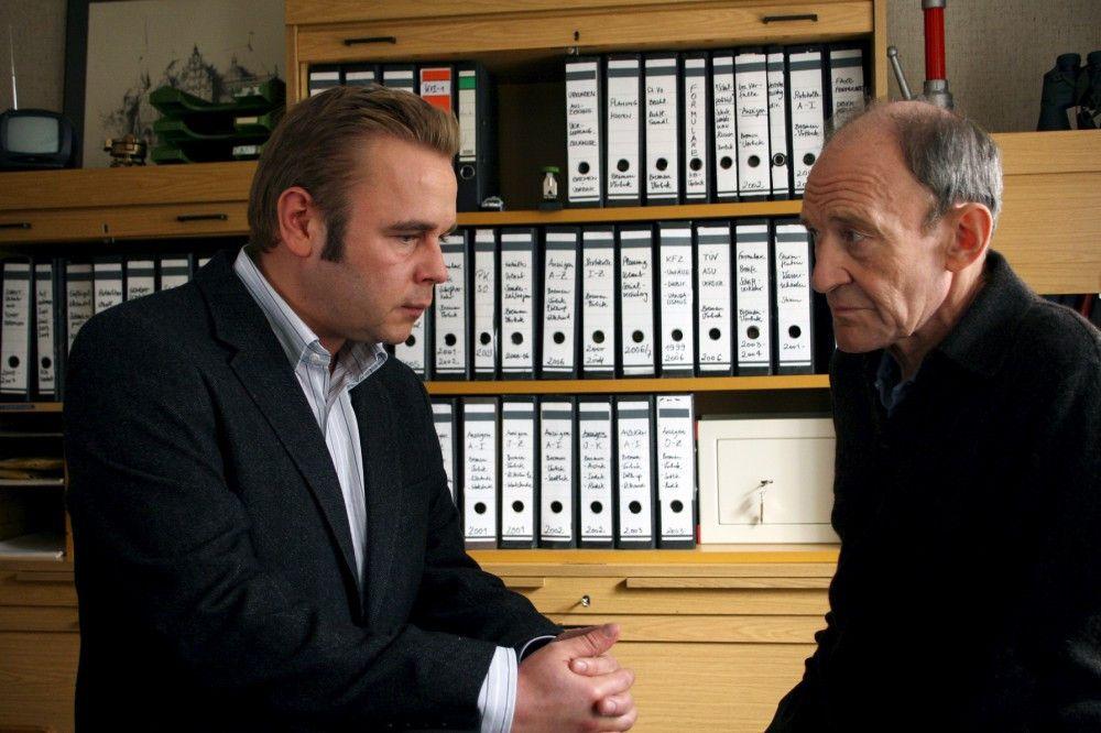 Hauptkommissar Hagen Dudek (Michael Mendl, r.) gibt seine Dienstgeschäfte an seinen Nachfolger Klaus Wendt (Frank Giering, l.) ab - ausgerechnet, als zwei Mordfälle geschehen.