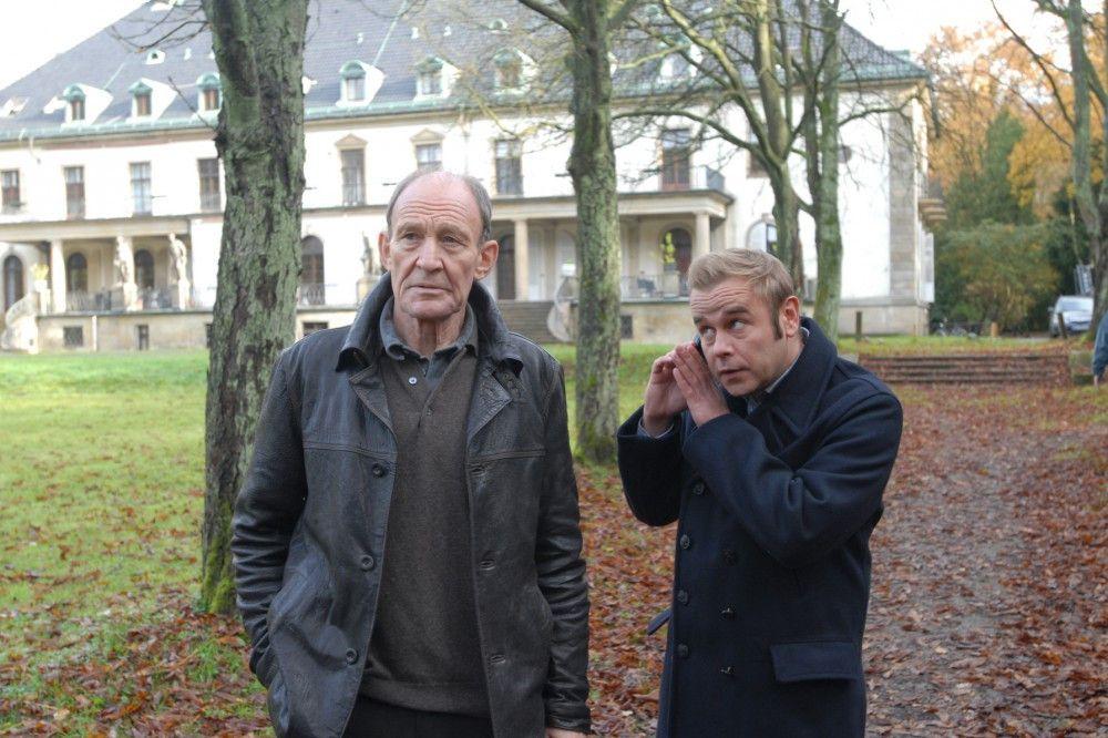 Hauptkommissar Hagen Dudek (Michael Mendl, l.) ermittelt auch nach seiner Pensionierung an der Seite seines Nachfolgers Klaus Wendt (Frank Giering, r.) in zwei Mordfällen weiter.