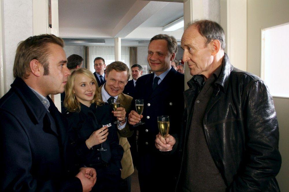Hauptkommissar Hagen Dudek (Michael Mendl, r.) feiert seinen Dienstabschied. Sein Nachfolger Klaus Wendt (Frank Giering, l.) ist jung und ehrgeizig. Polizistin Simone Westermann (Anna Maria Mühe, m.) liebt ihren alten Chef.