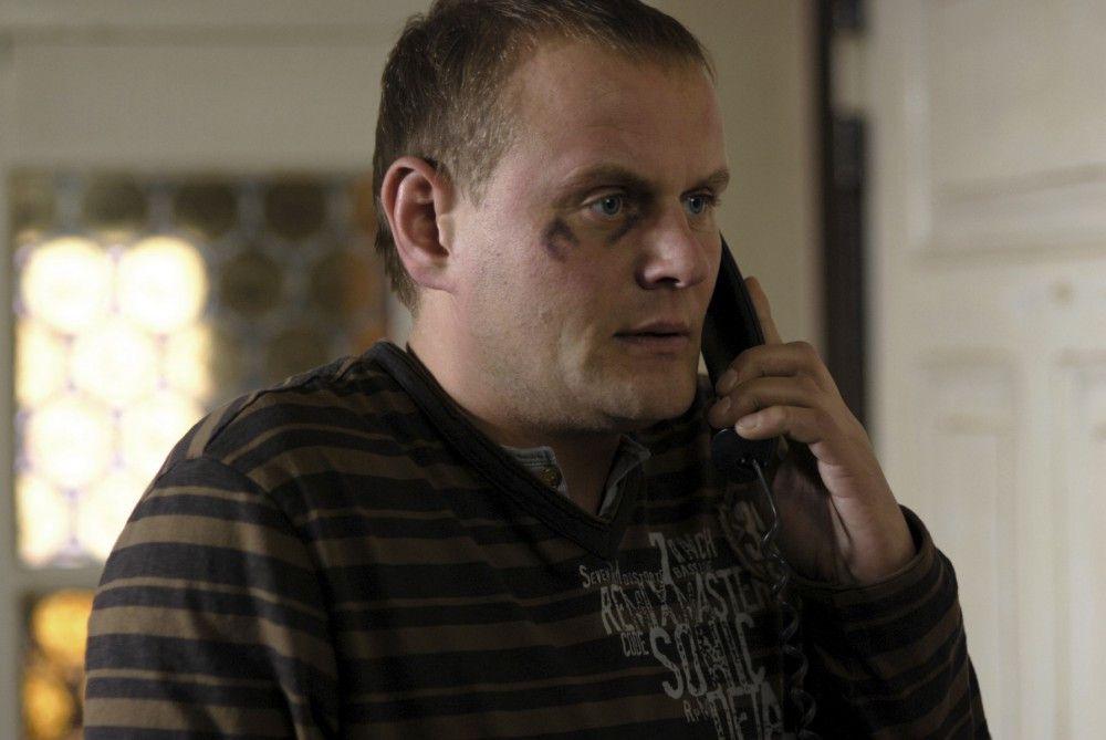 Ralf Gerlach (Devid Striesow) ist verzweifelt: Sein Zwillingsbruder hat sich auf der Polizeiwache erhängt. Beide Brüder stehen unter Mordverdacht, aber die Beweisführung ist schwierig.