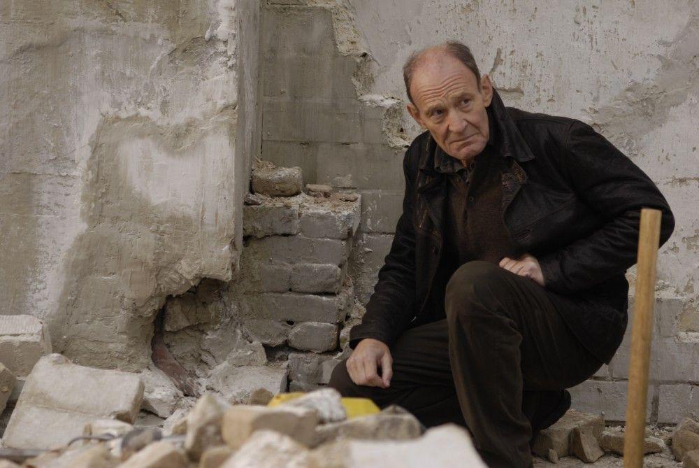 Am Tag seiner Pensionierung findet Hauptkommissar Hagen Dudek (Michael Mendl) eine Leiche im Zement. Er kennt den Toten in der Mauer persönlich und beginnt zu ermitteln.