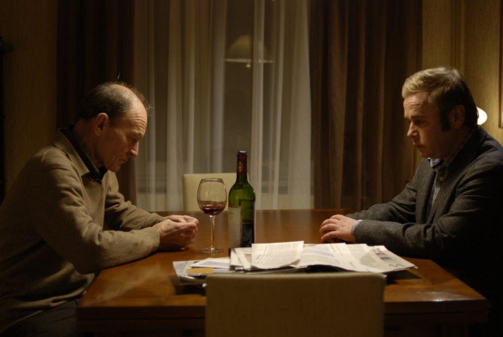 Die beiden Kommissare Hagen Dudek (Michael Mendl, l.) und Klaus Wendt (Frank Giering, r.) verdächtigen sich gegenseitig des Mordes. Einer von beiden spielt falsch, aber wer?