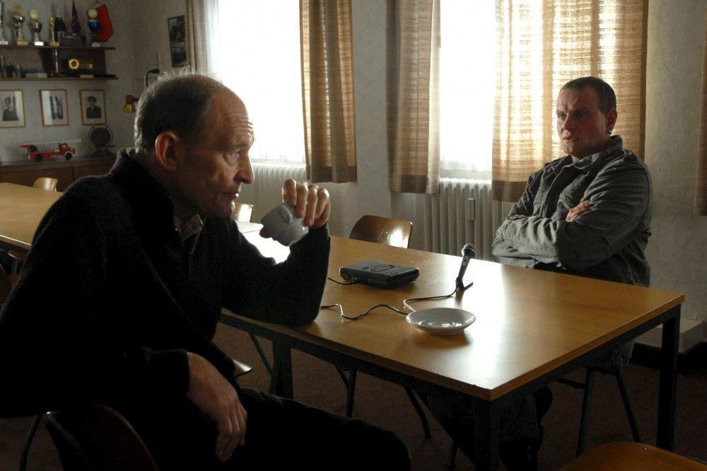 Hauptkommissar Hagen Dudek (Michael Mendl, l.) hat den verhaltensauffälligen Zwillingsbruder Ralf Gerlach (Devid Striesow, r.) unter Mordverdacht.