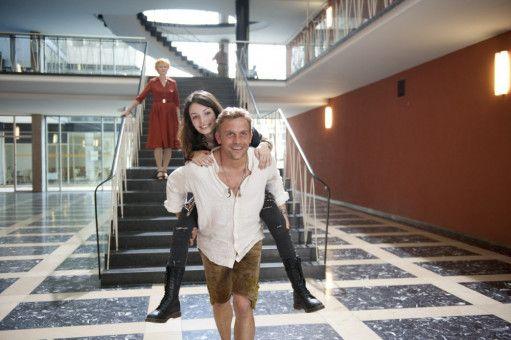 Ein starkes Team: Gegen die gestrenge Mitarbeitern des Jugendamts (Irm Hermann, l.) halten Vater Basti (Sebastian Bezzel, r.) und Tochter Dina (Sarah Horváth, m.) zusammen.