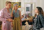 Basti (Sebastian Bezzel, l.) und seine Schwester Thea (Monika Gruber, m.) können es nicht glauben: Dina (Sarah Horváth, r.) soll Bastis Tochter sein?