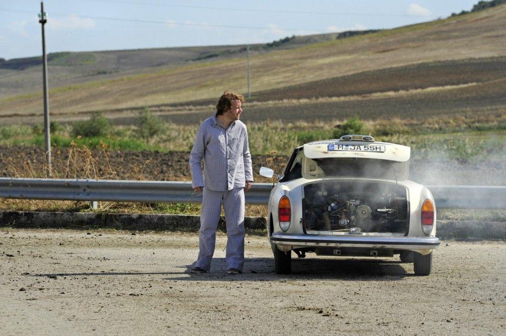 """Jan (Christian Ulmen) ist auf der Flucht vor jeglichem Hochzeitschaos """" doch auch diese will ihm nicht recht gelingen."""