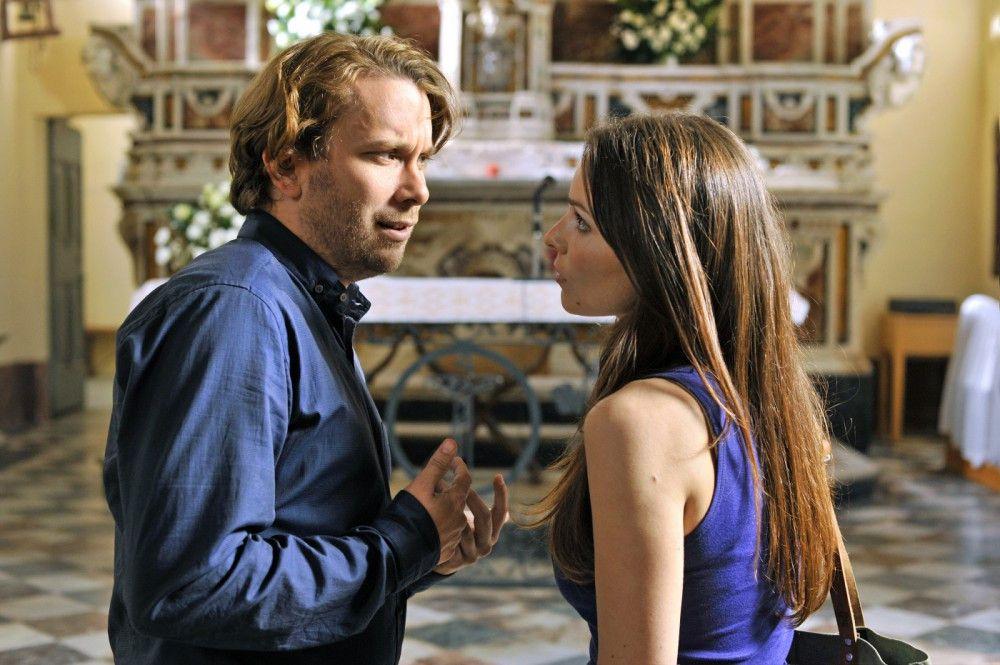 Mitten im Hochzeitschaos muss Sara (Mina Tander) noch mal nach Deutschland, um sich als Italienerin legitimieren zu lassen. Jan (Christian Ulmen) muss sich alleine durchschlagen.