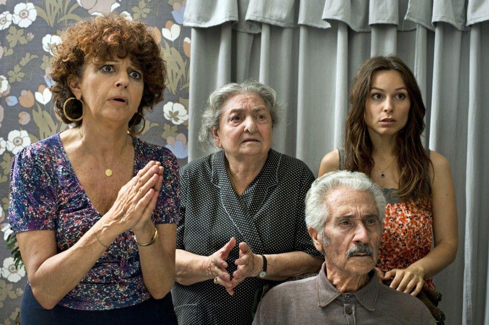 """Sara (Mina Tander, r.) und ihre italienische Familie (v.l.n.r.: Ludovica Modugno, Lucia Guzzardi, Enzo Salomone) verstehen die Aufregung ihres deutschen Gasts nicht"""""""
