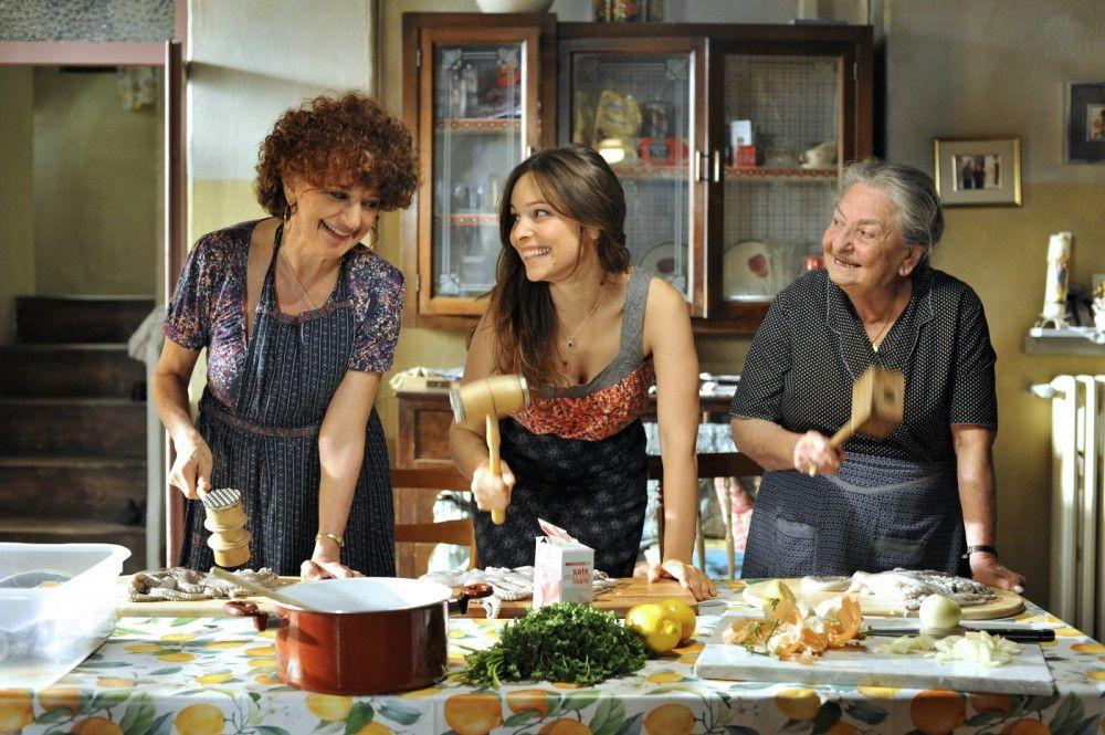 Sara (Mina Tander, m.) scheint an den Sitten und Bräuchen ihrer italienischen Großfamilie immer mehr Gefallen zu finden. Großen Spaß hat sie allem voran beim Kochen mit Nonna Anna (Lucia Guzzardi, r.) und Tante Maria (Ludovica Modugno, l.).