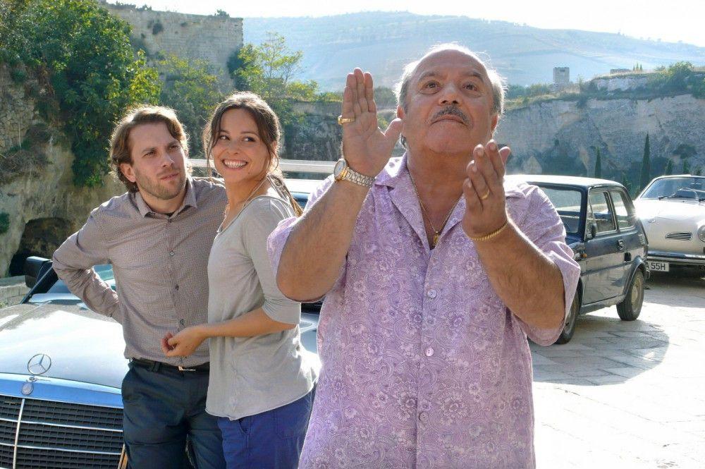 Jan (Christian Ulmen, l.), Sara (Mina Tander) und Brautvater Antonio (Lino Banfi, r.) sind nach langer Autofahrt endlich im süditalienischen Campobello angekommen - das Hochzeitschaos nimmt seinen Lauf.