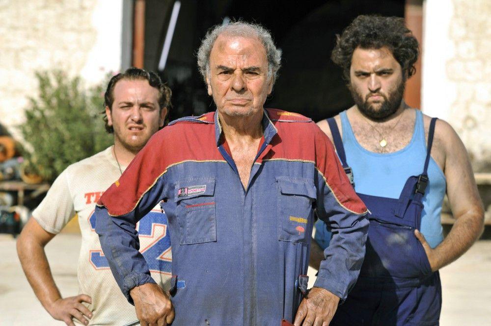 Benito Carducci (Massimo Sarchielli, m.) und seine Söhne (Nicola Nocella, r. und Raffaele Braia, l.) hegen eine langjährige Fehde mit Familie Marcipane...