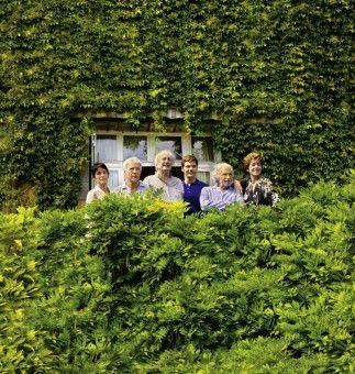 Student Dirk (Daniel Brühl, 3.v.r.) und seine Studienobjekte Annie (Geraldine Chaplin, l.), Jean (Guy Bedos, zw. v. l.) Claude (Claude Rich, 3.v.l.), Albert (Pierre Richard, zw. v.r..) und Jeanne (Jane Fonda, r.) vor ihrem neuen Domizil.