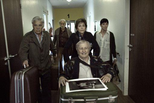 Claude (Claude Rich, vorne) wird von seinen Freunden Jean (Guy Bedos, l.), Albert (Pierre Richard, zw. v. l.), Jeanne (Jane Fonda, zw. v. r.) und Annie (Geraldine Chaplin, r.) aus dem Pflegeheim gerettet.