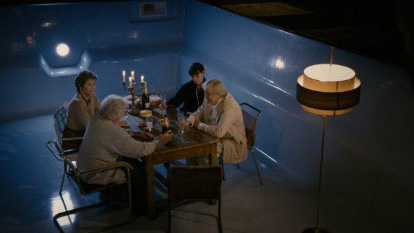 Albert und Jeanne (Pierre Richard, Jane Fonda,  r.), Claude und Annie (Claude Rich und Gerladine Chaplin, r.) beim Candle Light-Dinner im noch nicht gefülten Pool.