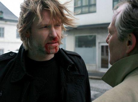 Ausnahmsweise erhält Varg Veum (Trond Espen Seim, li.) von seinem speziellen Freund Kommissar Hamre (Bjorn Floberg) eine wichtige Information.