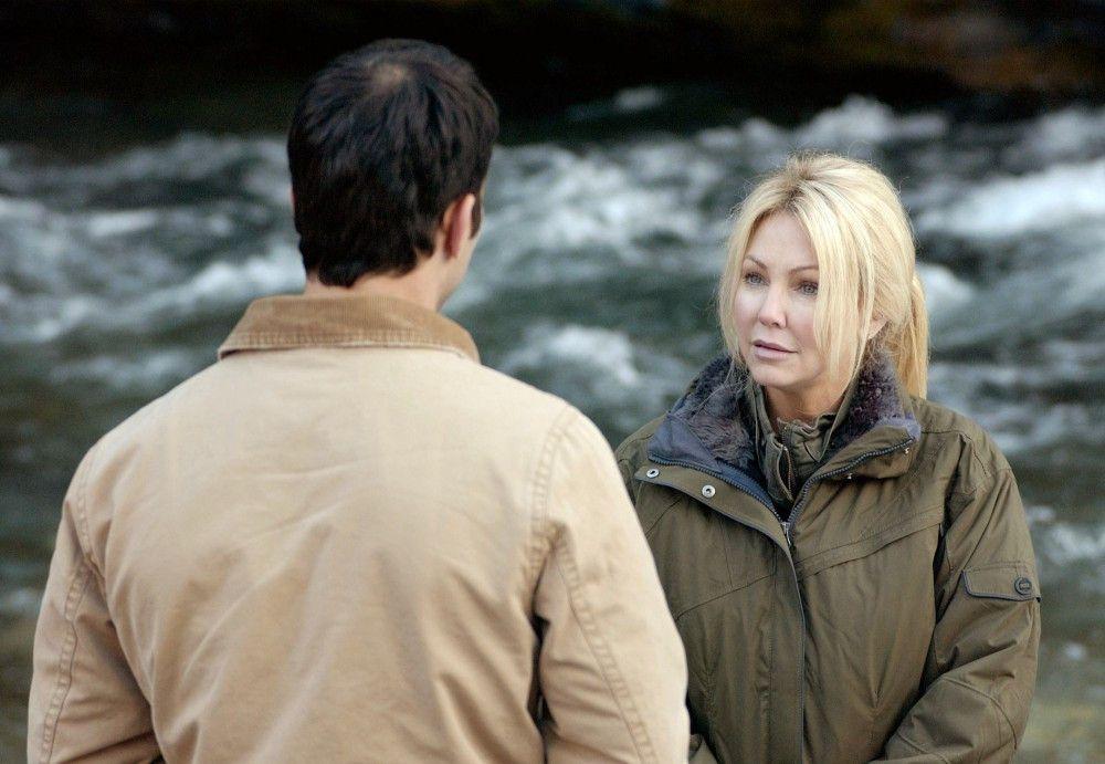 Brody (Johnathon Schaech) lässt sich von Reece (Heather Locklear) den Tatort des Verbrechens zeigen.