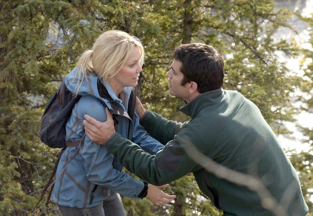 Völlig aufgelöst berichtet Reece (Heather Locklear) dem Schriftsteller Brody (Johnathon Schaech), dass sie gerade einen Mord beobachtet hat.