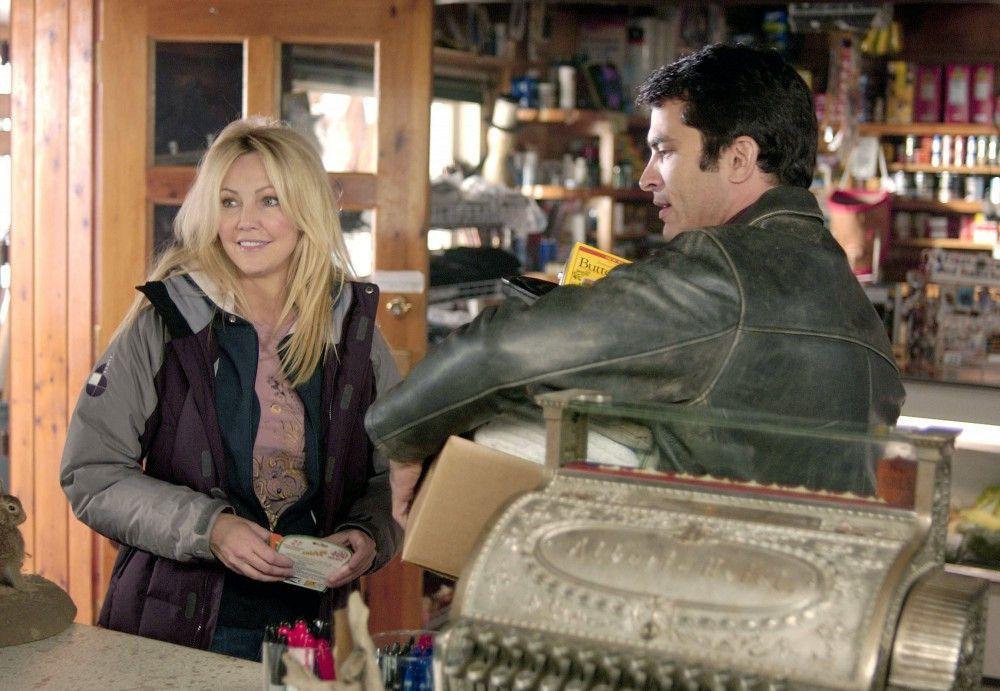 Der Schriftsteller Brody (Johnathon Schaech) hilft Reece (Heather Locklear) beim Tragen ihrer Einkäufe.