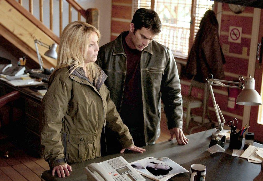 Brody (Johnathon Schaech) begleitet Reece (Heather Locklear) zum Sheriff, da sie sich einige Fotos von einer Frauenleiche anschauen soll.