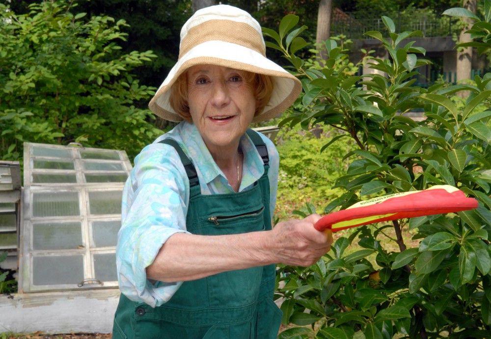 Marianne (Rosemarie Fendel) ist nicht zu alt um Frizzbee zu spielen.