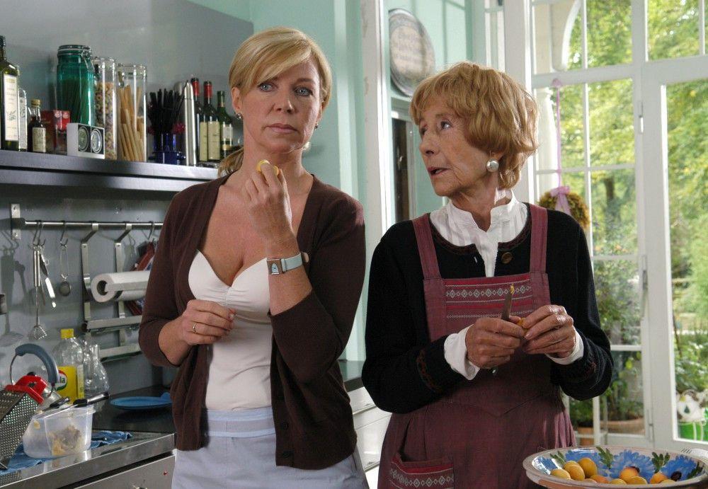 Marianne (Rosemarie Fendel, rechts) gibt ihrer Schwiegertochter Tina (Marion Kracht) einen Rat.