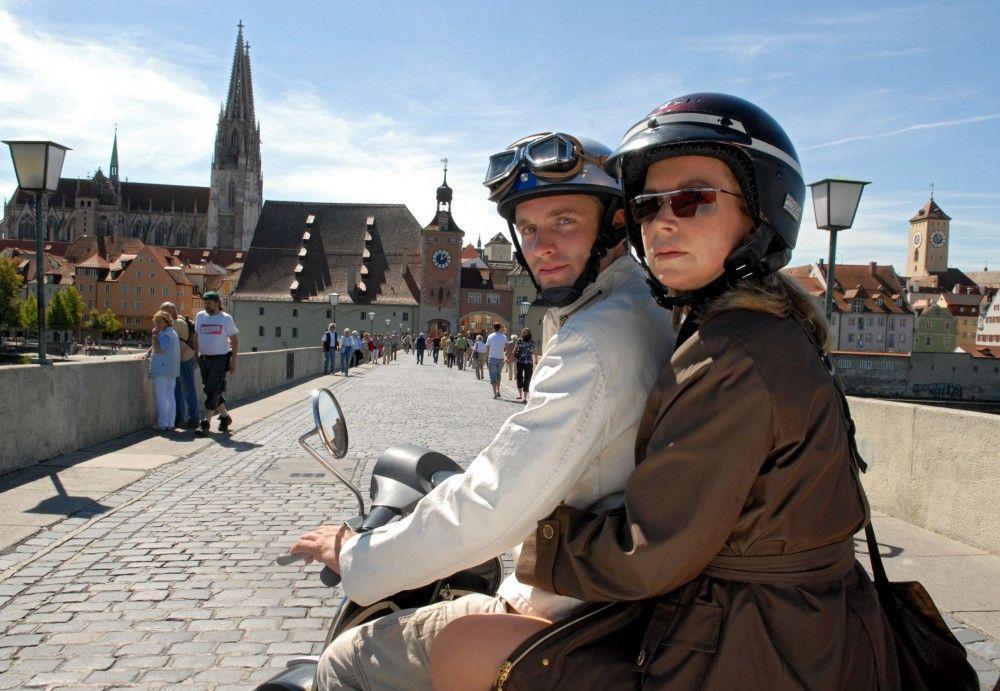 Sven (Jonas Laux) nimmt seine Mutter (Marion Kracht) auf dem Motorroller mit.