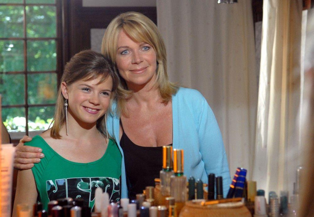 ARD FAMILIE SONNENFELD - VERÄNDERUNGEN, Deutschland 2008, Regie Christine Kabisch, am Samstag (23.08.14) um 12:03 Uhr im Ersten.  Tina (Marion Kracht, rechts) ist erleichtert, dass es Tiffany (Lavinia Thelen) wieder besser geht.