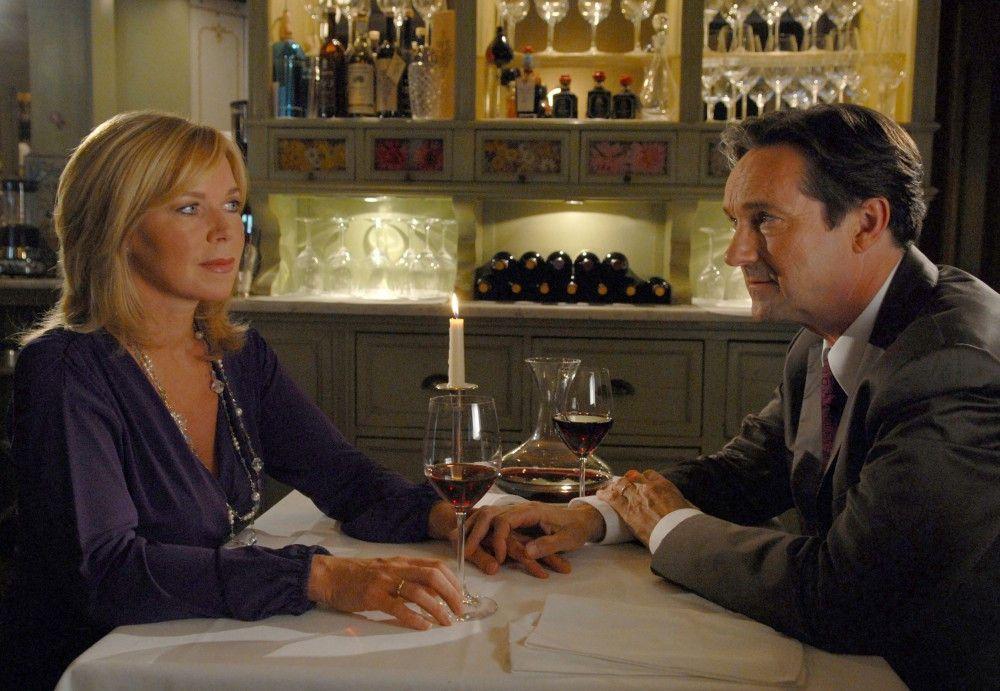 Seit Monaten verbringen Tina (Marion Kracht) und Carlo (Helmut Zierl) wieder einmal einen gemütlichen Abend zu zweit.