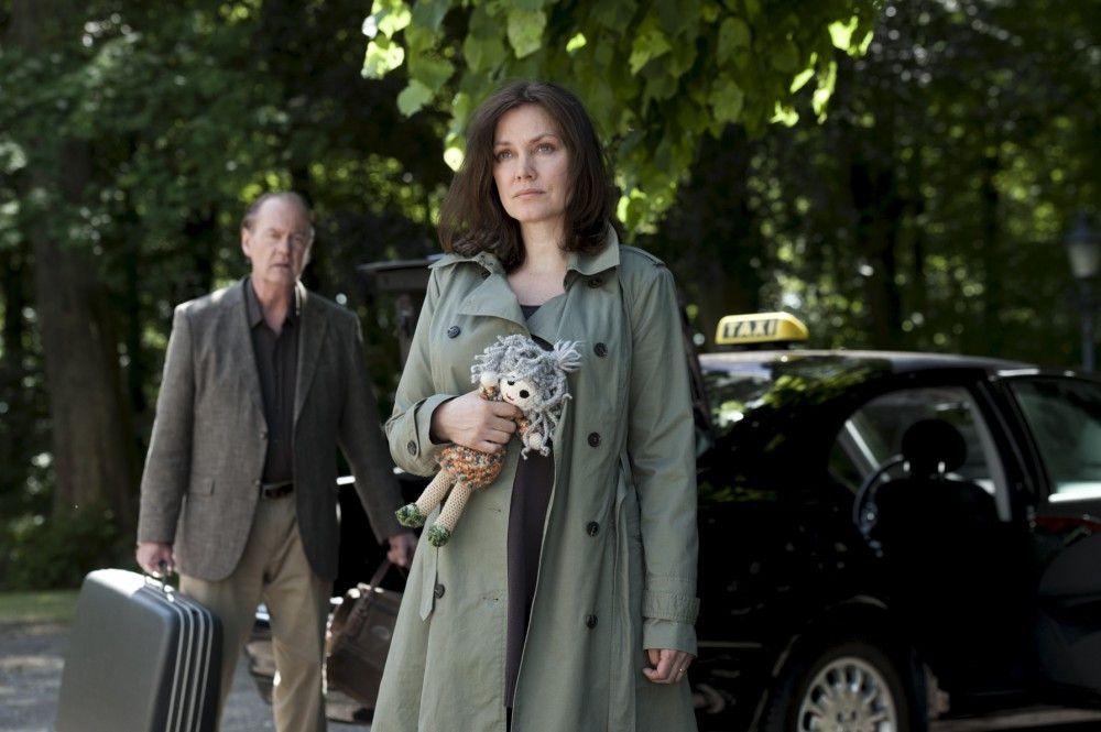 Simone van Leeuwen (Maja Maranow) leidet an Alzheimer. Sie lebt in ihrer eigenen Welt, die Tag für Tag kindlicher und kleiner wird. Im Hintergrund: Bruno van Leeuwen (Peter Haber).